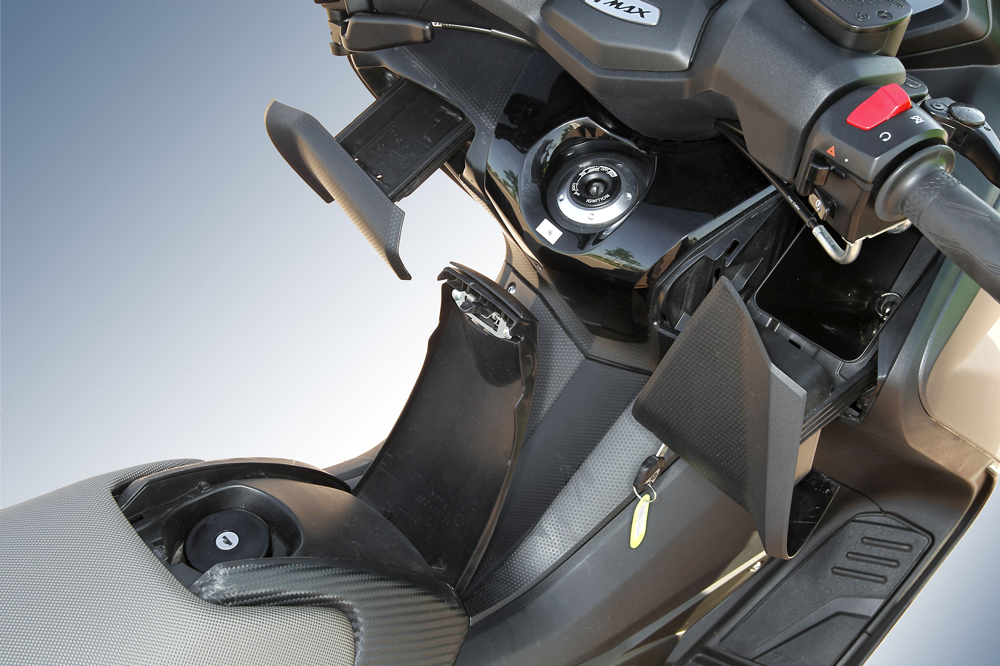 Guanteras y depósito del Yamaha  T Max 530