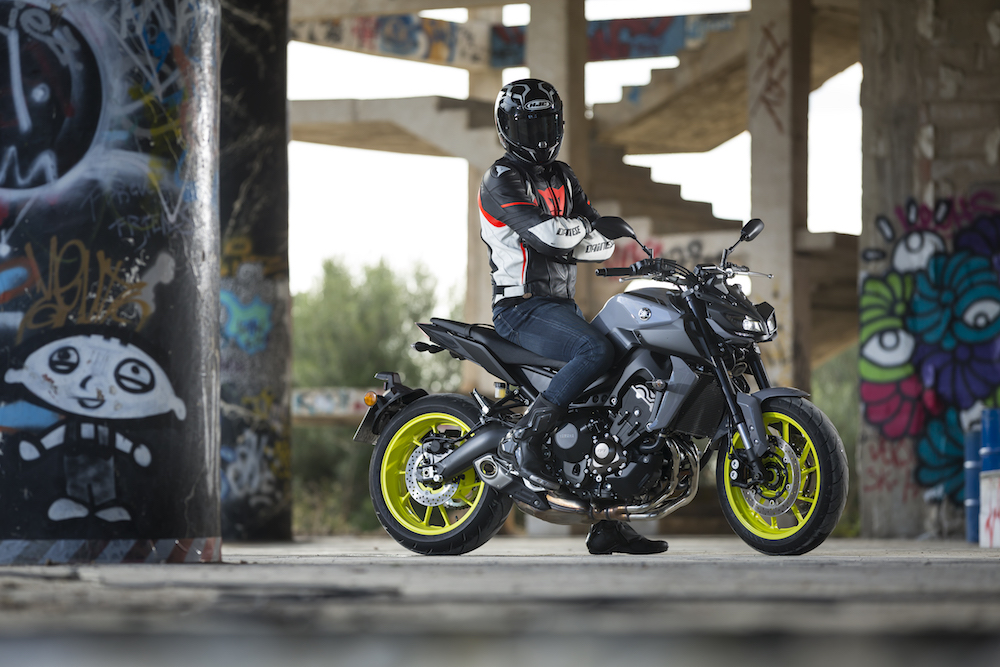 prueba yamaha mt 09 2017 oscura diversi n moto1pro. Black Bedroom Furniture Sets. Home Design Ideas